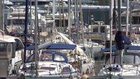 Veleiros e barcos a motor no porto vídeos de arquivo