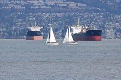 Veleiros e cargueiro Foto de Stock Royalty Free