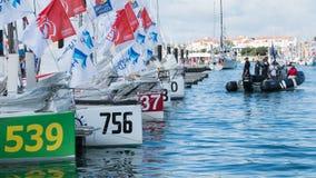 veleiros e concorrentes da regata imagens de stock
