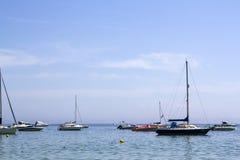 Veleiros e iate no mar fotografia de stock royalty free