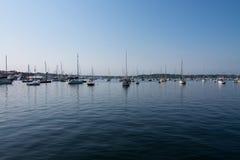 Veleiros em um porto em Sunny Day claro imagem de stock