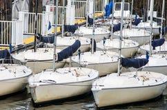 Veleiros estacionados em um cais Fotos de Stock Royalty Free