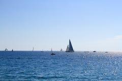 Veleiros fora da costa de Cannes Fotografia de Stock Royalty Free