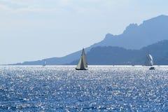 Veleiros fora da costa de Cannes Foto de Stock Royalty Free