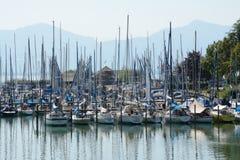 Veleiros no porto no lago Chiemsee em Alemanha fotografia de stock royalty free