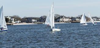 Veleiros pequenos durante uma regata do inverno fotos de stock royalty free