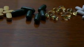 Velen asorted pillen op hout stock video
