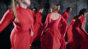 Velen begaafd jong meisje die in rood een dans, hartstochtelijke ritmische bewegingen uitvoeren stock videobeelden