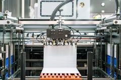 Velen behangen bij leveringseenheid in modern en geavanceerd technisch van automatische publicatie of drukmachine stock afbeelding