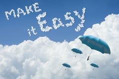 Velen blauwe paraplu die hierboven tegen Blauwe hemel en wolk drijven Zonnige dag cloudscape sluit omhoog de wolk de tekst maakt  royalty-vrije illustratie