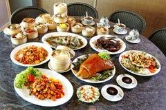 Velen Chinees voedsel op lijst Royalty-vrije Stock Foto