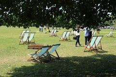 Velen die stoelen in Hyde Park in de stad Londen vouwen Royalty-vrije Stock Afbeelding