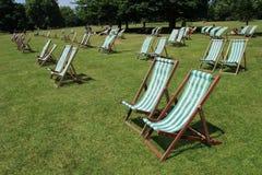 Velen die stoelen in Hyde Park in de stad Londen vouwen Royalty-vrije Stock Afbeeldingen