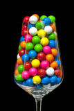 Close-up van gumballs in een wijnglas Royalty-vrije Stock Foto's