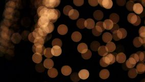 Velen gloeien glanzende Bokeh-cirkels bij nacht stock footage