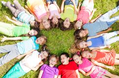 Velen groeperen zich op het gras Stock Afbeeldingen