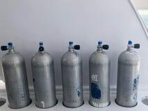 Velen groot metaal, de cilinders van de aluminiumzuurstof voor ademhaling en het duiken tribune op speciale tribunes aan boord va royalty-vrije stock foto