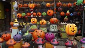 Velen handcrafted fluorescente die pompoenen van klei worden gemaakt Stock Foto's