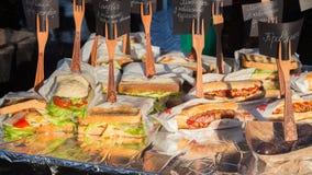 Velen heerlijke verscheidenheid van sandwiches stock foto