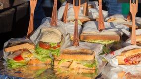 Velen heerlijke verscheidenheid van sandwiches stock foto's