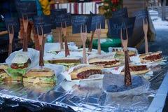 Velen heerlijke verscheidenheid van sandwiches stock afbeelding
