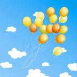 Velen kleuren ballons op een achtergrond van blauwe sk Royalty-vrije Stock Foto