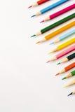 Velen kleuren potloden die op wit worden geïsoleerdo Stock Foto
