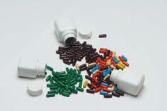 Velen kleurrijke capsule met wit flessen en deksel stock afbeeldingen