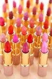 Velen kleurrijke lippenstift op beige achtergrond, sluiten omhoog royalty-vrije stock afbeeldingen