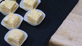 Velen mininapoleon-cakes hoogste mening over een zwarte plaat stock video