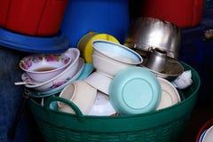 Velen stapelen vuile schotel op, is de stapelplaat van voedsel afvalafval in mand plastic vuile, stapel lege en vuile schotel na  stock afbeeldingen