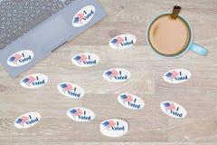 Velen stemde ik stickers over bureau van hakker royalty-vrije stock afbeeldingen