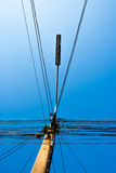 Velen telegraferen, elektrische lijnen en lantaarnpaal op de elektriciteitspost Stock Fotografie