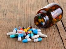 Velen type van drugs van de fles op houten achtergrond Royalty-vrije Stock Fotografie