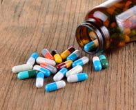 Velen type van drugs van de fles op houten achtergrond Stock Afbeelding