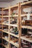 Velen verschillend aardewerk die zich op de planken in een poteryworkshop bevinden Royalty-vrije Stock Foto's