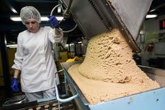 Velen zoete de fabrieks massieve productie van het cakevoedsel Stock Foto