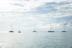 Velero amarrado en el mar Foto de archivo