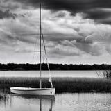 Velero anclado en el lago durante día tempestuoso fotografía de archivo libre de regalías