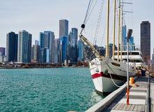 Velero blanco, Chicago Illinois, el lago Michigan, los E.E.U.U. foto de archivo