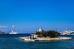 Velero blanco hermoso en el puerto de Naxos en Grecia imágenes de archivo libres de regalías