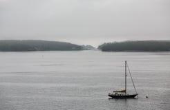 Velero blanco y negro en Grey Harbor Fotos de archivo