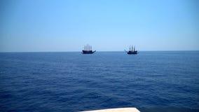 Velero de dos piratas almacen de metraje de vídeo