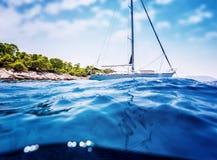 Velero de lujo cerca de la isla tropical Foto de archivo libre de regalías