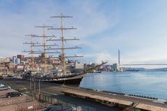 Velero de Pallada en el puerto marítimo de Vladivostok Foto de archivo