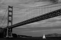 Velero debajo de puente Golden Gate Fotos de archivo