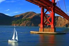 Velero debajo de puente Golden Gate Fotografía de archivo