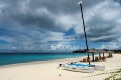 Velero del catamarán del gato de Hobie, sillas de playa y parasoles de playa, Anguila, británicos las Antillas, BWI, del Caribe Imagen de archivo libre de regalías