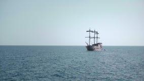 Velero del pirata en el océano metrajes