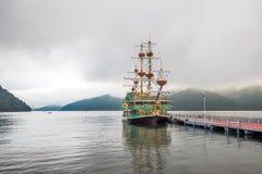 Velero del placer en el muelle en el lago Ashi Foto de archivo libre de regalías